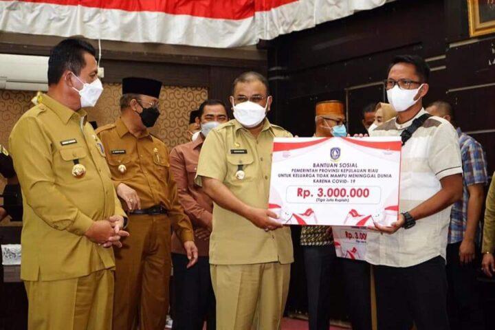 Bupati Karimun Dampingi Gubernur Kepri Salurkan Bansos Kepada Masyarakat Terkonfirmasi Covid-19, SamuderaKepri